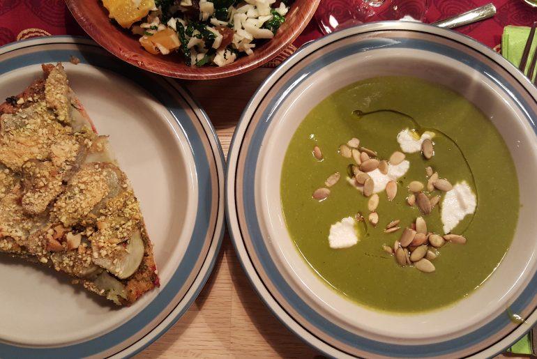 Grønkålssuppe serveret med jordskokkepizza og kålsalat