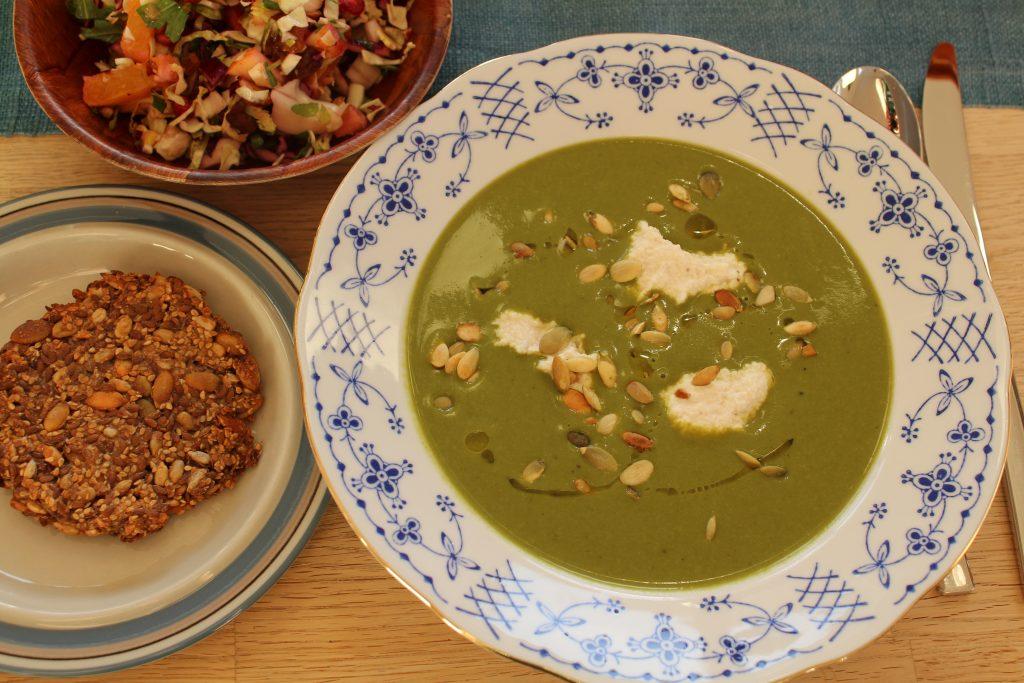 Grønkålssuppe serveret med kernebrød og kålsalat