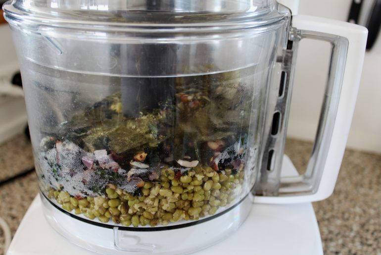 Smørepostej med grønkål og hasselnødder