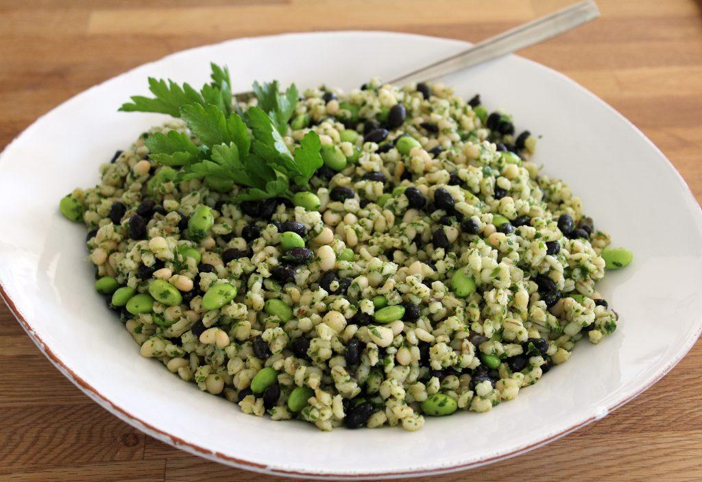 Salat med perlebyg i urtepestodressing
