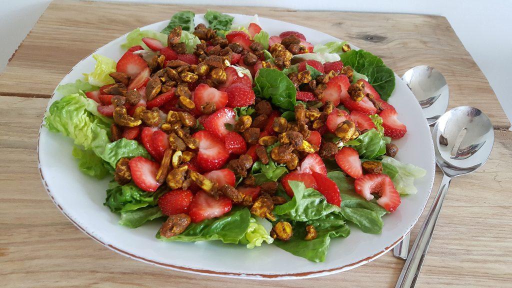 Grøn salat med jordbær og krydrede nødder