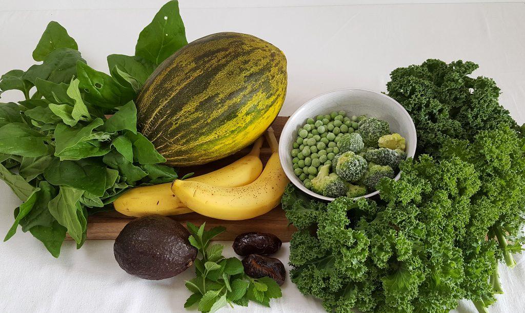 Farverige grønne ingredienser til smoothie