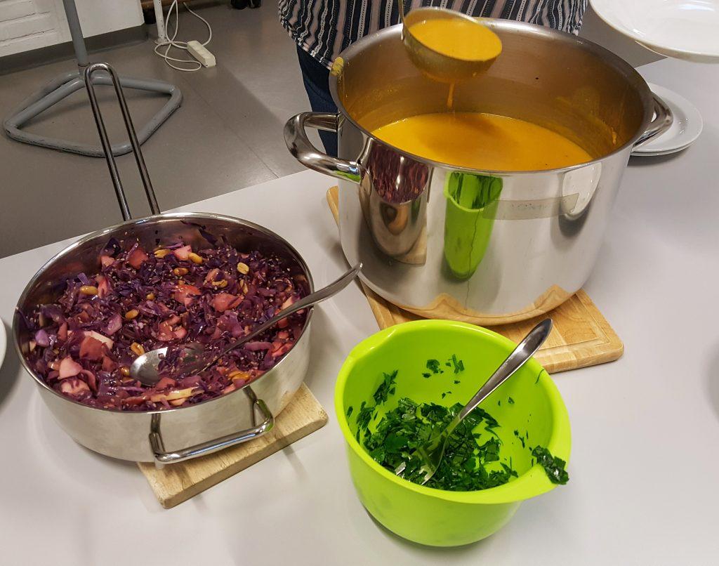Hokkaidosuppe med sesamkål og persille
