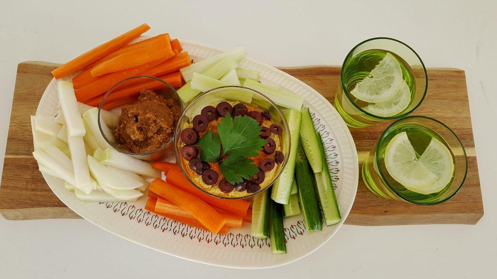 Forfriskning med grøntsagsstave, sesamdip og hummus