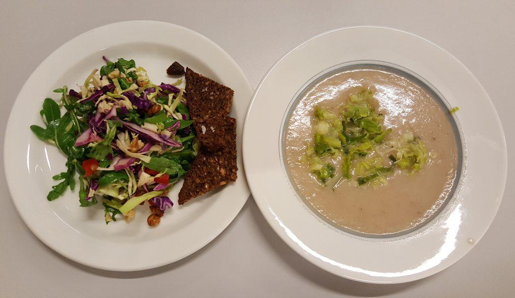Jordskokkesuppe med porreknas, kikærtesalat og ristet rugbrød