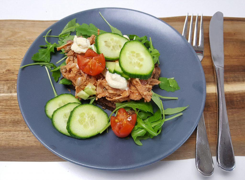 Rugbrød med makrelFRI salat