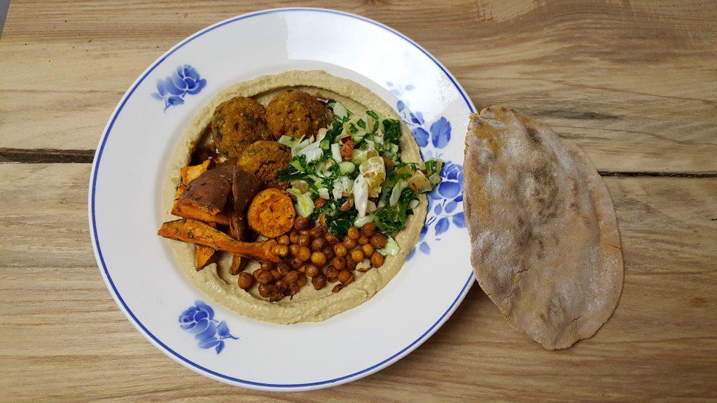 Hummustallerken med bagte søde kartofler, falafler, ristede kikærter og kålsalat