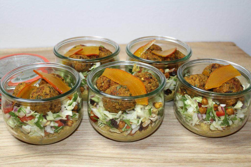Salatglas med hummus, kålsalat, falafler og syltede hokkaido
