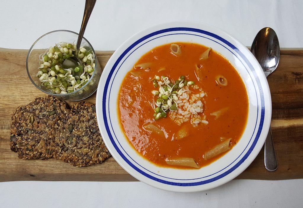 Tomatsuppe med linsepasta og glutenfri kernebrød