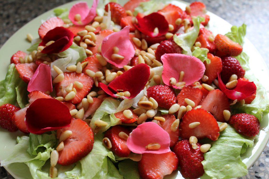 Sommersalat med jordbær og hyldeblomst.