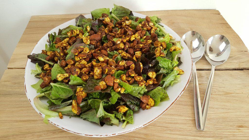 Grøn salat med krydrede nødder