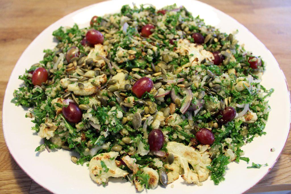 Salat med blomkål, grønkål og quinoa