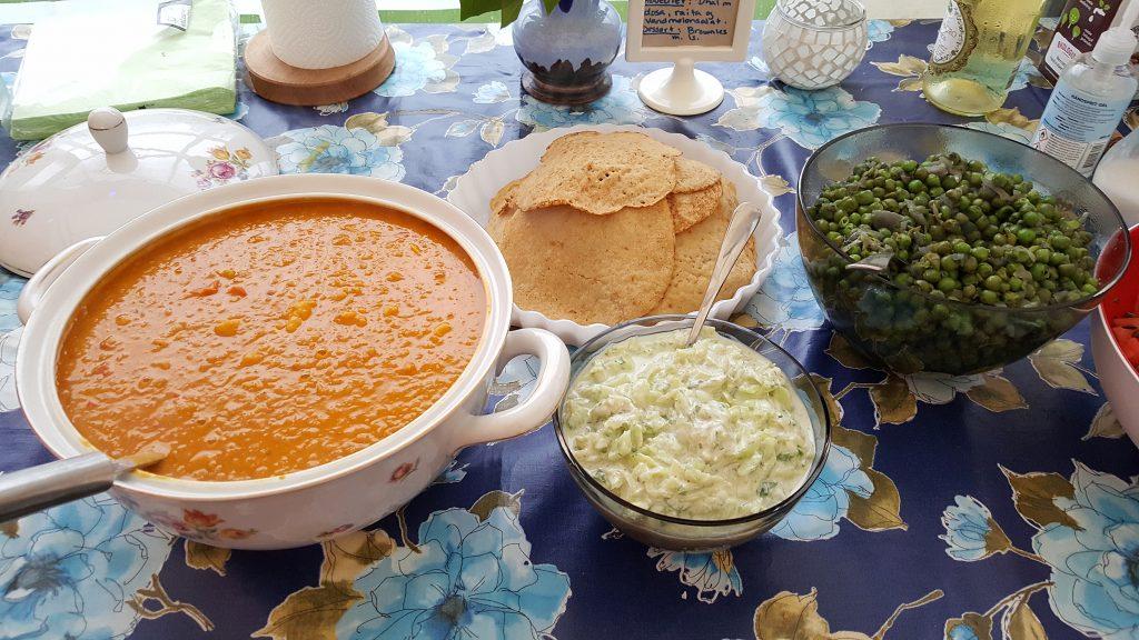 Dhal med dosa, raita, mynteærter og vandmelonsalat